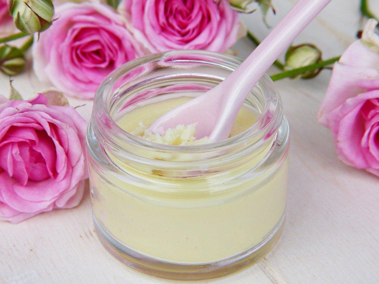 Naturalna kosmetyka zyskuje coraz więcej zwolenników. Olej kokosowy, żel antycellulitowy, maść propolisowa