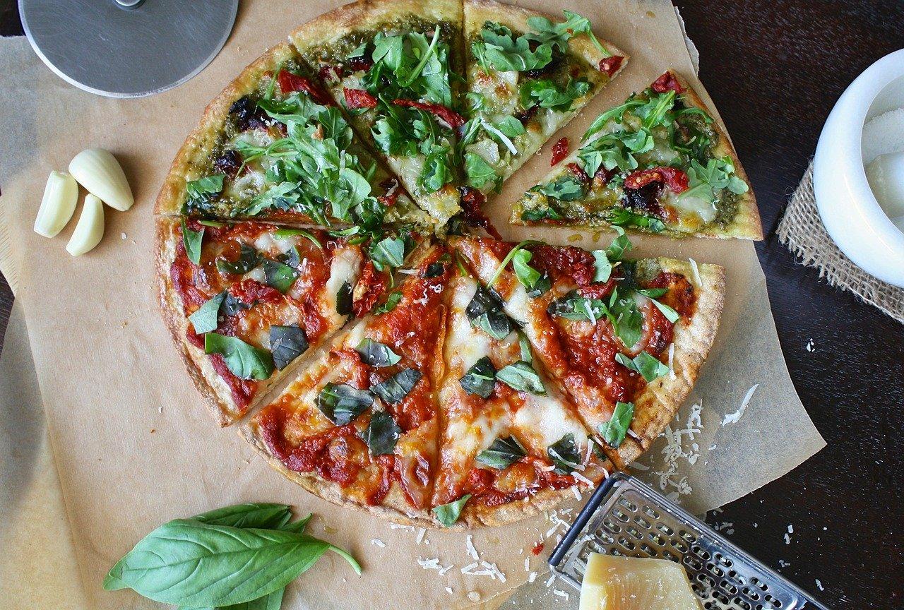 Pizza – przepis podstawowy na ciasto + ulubione dodatki