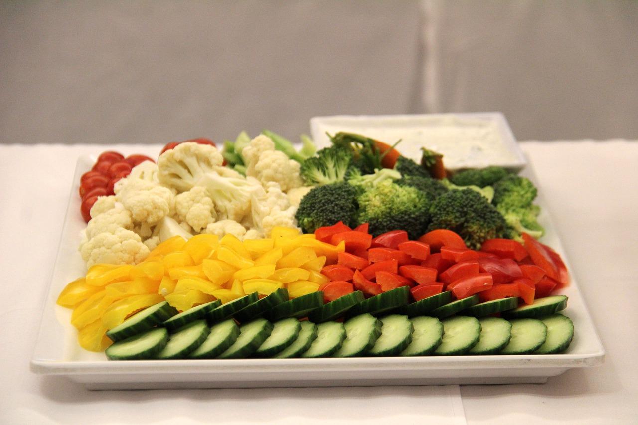 Letnia sałatka z kalafiorem, pomidorem i jajkiem