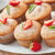 Cukierkowe muffiny z kremem truskawkowym i lukrem.
